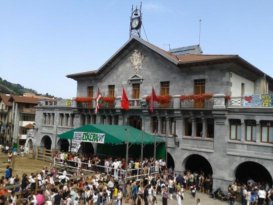EDITORIAL: La bandera de Navarra en Huarte Araquil