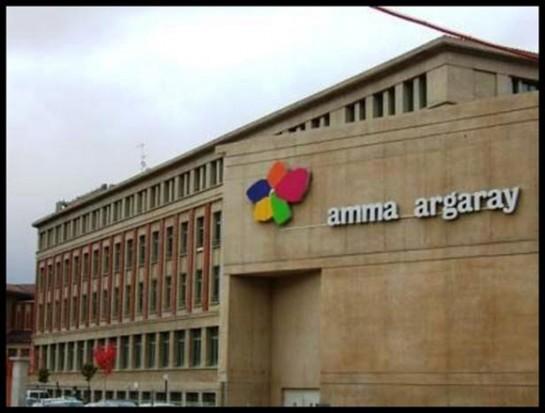 El alcalde de Pamplona visita a cuatro centenarias en la residencia Amma Argaray