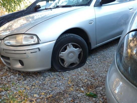 Rajan las ruedas de 66 vehículos en el aparcamiento de Iturrama Nuevo
