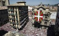 Seis personas detenidas en Pamplona acusadas de desplegar la ikurriña en San Fermín