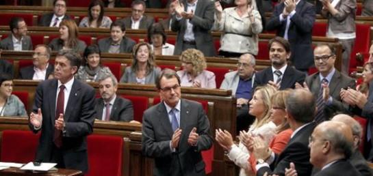 El Parlamento catalán aprueba llevar la consulta al Congreso con tres votos del PSC