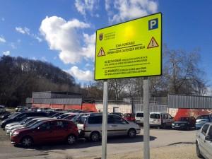 Pamplona coloca carteles para evitar que se aparque en zonas inundables