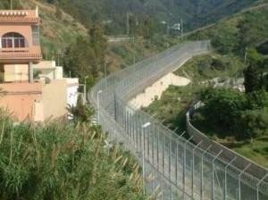 Dos inmigrantes acceden a Ceuta por la valla aprovechando un fallo de las alarmas