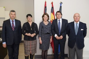 Barcina recibe a una delegación de Rumanía, interesada en estrechar lazos culturales con Navarra
