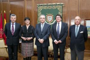 Enrique Maya recibe en la Casa Consistorial al alcalde de la localidad rumana de Timisoara
