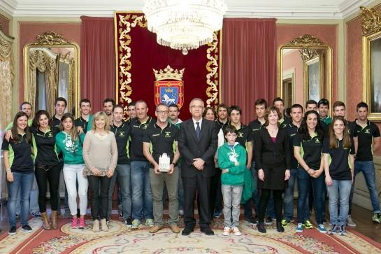 El Ayuntamiento recibe a deportistas y técnicos del Club Saltoki Trikideak