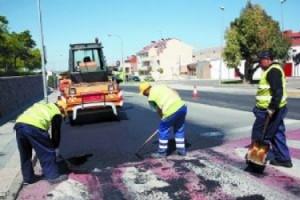 Labores de asfaltado en una calle de Pamplona. D.Navarra