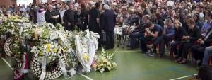 Cientos de personas llenan el polideportivo Municipal de Monterrubio de la Serena, donde ayer quedó instalada la capilla ardiente de los cinco niños fallecidos EFE