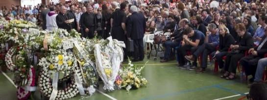 Funeral multitudinario por los cinco menores muertos en un accidente en Badajoz