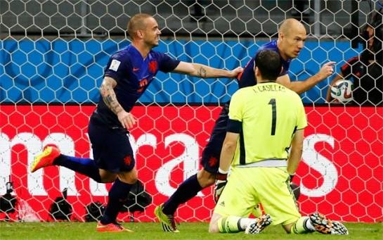 Humillante derrota de España (1-5) ante Holanda, que remontó el gol de Xabi Alonso de penalti