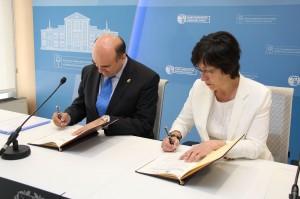 Consejero de Interior de Navarra, Javier Morrás, y Consejera de Seguridad vasca, Estefanía Beltrán, durante la firma en la Academia Vasca