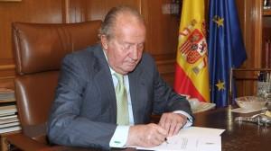 Rey Juan Carlos, firmando su abdicación