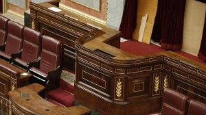 Operarios desmontaron ayer la tribuna del hemiciclo para la proclamación de Felipe VI