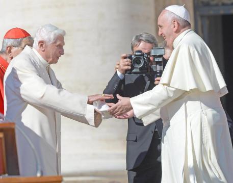 El Papa se reúne con Benedicto XVI y con otros 40.000 abuelos en el Vaticano