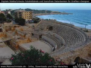 Vista del anfiteatro de Tarragona, con los restos del templo cristiano al fondo.
