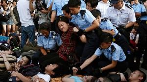 La Policía detiene a manifestantes frente a las oficinas del banco HSBC en Hong Kong. REUTERS