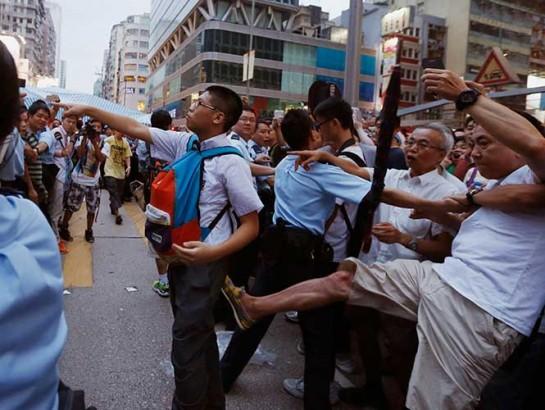 Centenares de opositores a las protestas se enfrentan a los manifestantes en Hong Kong