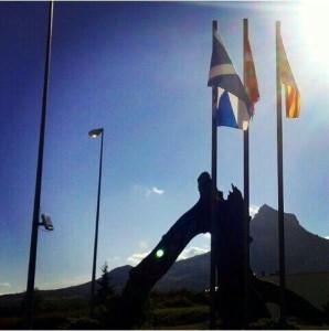 Banderas de Escocia, País Vasco y Cataluña, en Echarri Aranaz. (Foto: PPN)