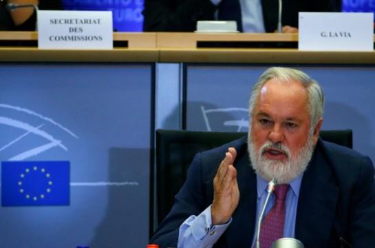 Los socialistas del Parlamento Europeo piden aclaraciones a Cañete antes de votar el martes