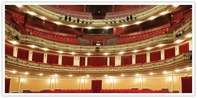 El Teatro Gayarre de Pamplona «se tiñe de luto» por Osinaga