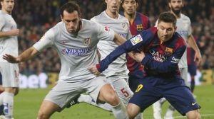 Messi y Godín durante un lance del encuentro celebrado en el Camp Nou. DR