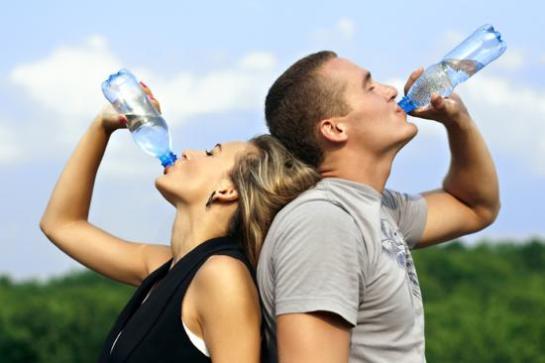 Beberla tibia o añadirle limón potencia los beneficios del agua en la salud, según Cigna