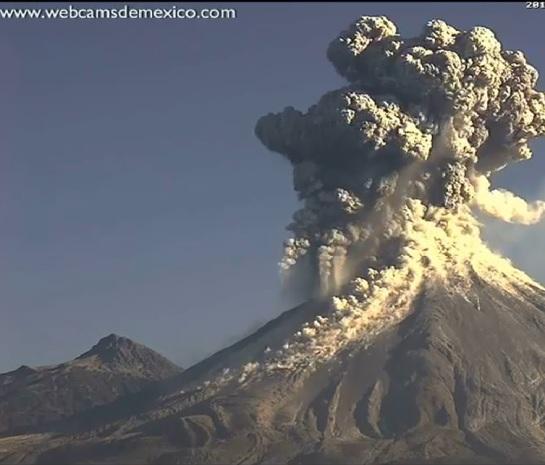 Una webcam capta el momento de la espectacular erupción de un volcán en México