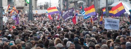 Pablo Iglesias, a la multitud concentrada en Sol: «Podemos ganar las elecciones al PP»