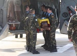 El cuerpo del militar fallecido llega esta tarde a la base de Morón
