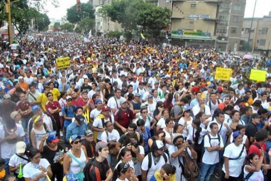 Los enfrentamientos marcan el primer aniversario de las protestas en Caracas