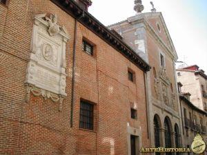 Fachada del convento de las Trinitarias de Madrid y placa conmemorativa de Cervantes que preside un lateral. DR