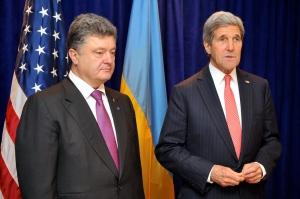 El secretario de Estado norteamericano, John Kerry, y el primer ministro ucranio, Petró Poroshenko, se muestra unidos en una rueda de prensa en Kiev. DR