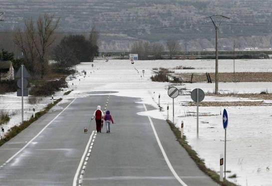 Cortada al tráfico por desbordamiento del Ebro la carretera N-113 en Castejón