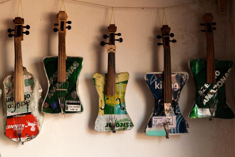 La Orquesta paraguaya de Instrumentos Reciclados inspira a una banda gemela en Madrid