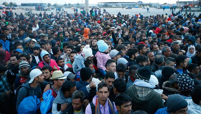Refugiados invaden el puerto francés de Calais y abordan un ferry británico