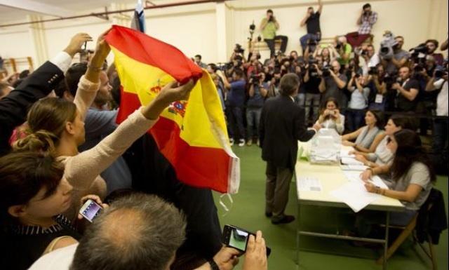 Resultado de imagen de Los de Vox con las banderas de España