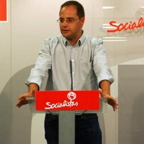 Luena reparte críticas a PP y Podemos sin mencionar las encuestas desfavorables
