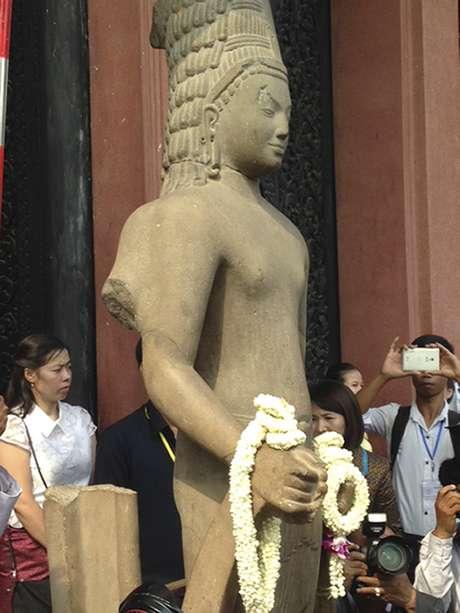 Francia devuelve a Camboya la cabeza de una estatua expoliada hace 130 años