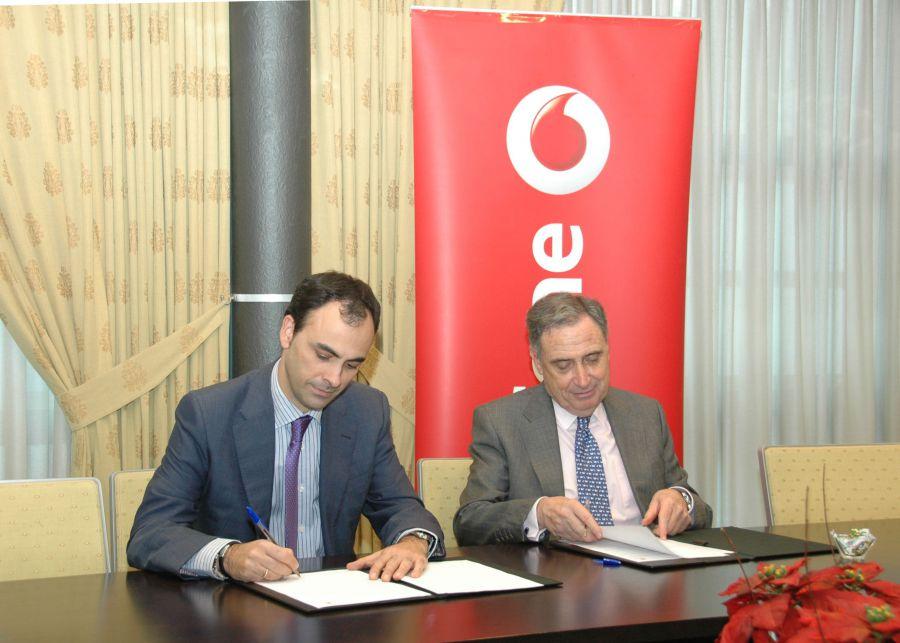 La confederación de empresarios de Navarra firman convenio con Vodafone
