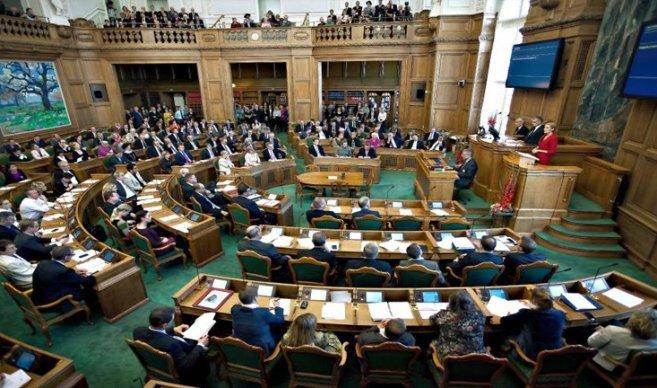 El Parlamento danés aprueba la ley para confiscar bienes a los refugiados