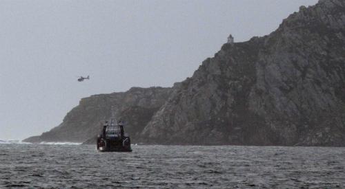Continúa la búsqueda de los dos marineros desaparecidos tras encontrar restos del barco