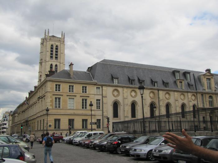 Seis institutos de París evacuados por amenazas de bomba