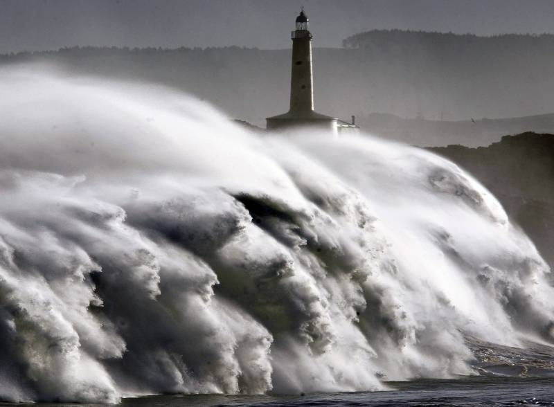 Casi toda España está en alerta por viento, lluvias, olas y nevadas