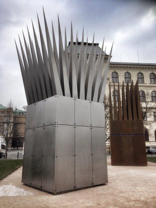 Praga inaugura una obra póstuma de John Hejduk en homenaje a joven quemado a lo bonzo