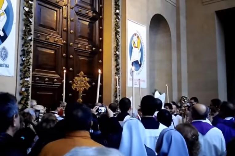 Puerta santa catedral de pamplona año jubilar misericordia 2015