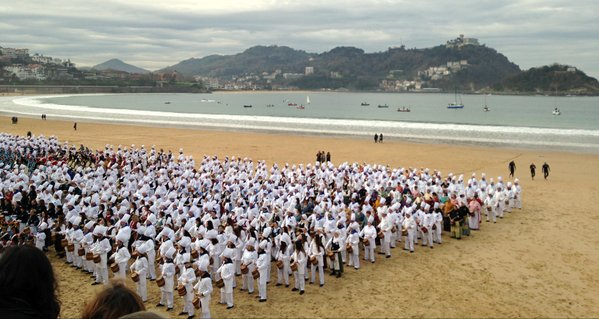 Concentración playera de tamborradas, primer acto de la Capitalidad Cultural Europea de San Sebastián