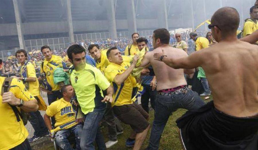Proponen una multa de 120.000 euros al Sevilla y el Cádiz por favorecer a grupos violentos