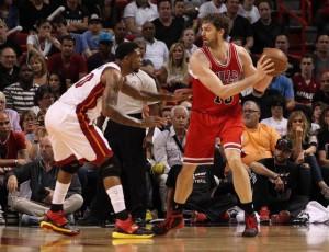 Haslem, del Heat, mira a Paul Gasol, de los Bulls, la noche del jueves en la AmericanAirlines Arena en Miami.