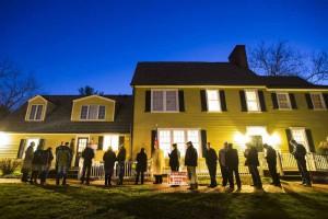 Residentes de Virginia hacen cola al amanecer para votar en el edificio histórico Hunter House en el parque Nottoway, en Vienna, Estados Unidos.