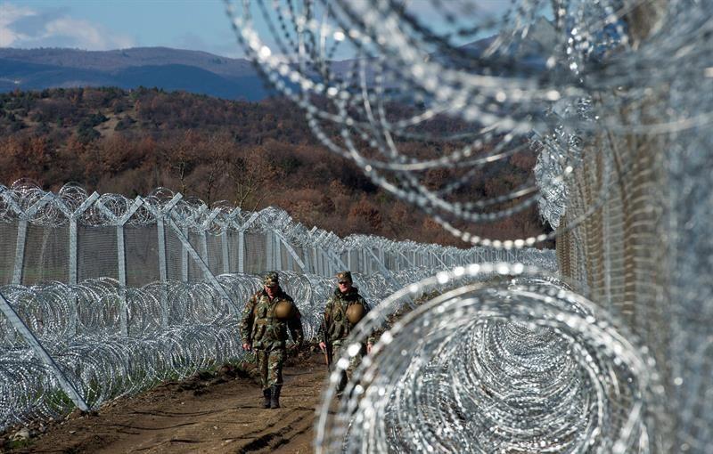 Los países Bálticos levantan vallas en las fronteras con Rusia en plena crisis de refugiados